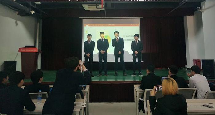 7061班同学在讲解QQ项目