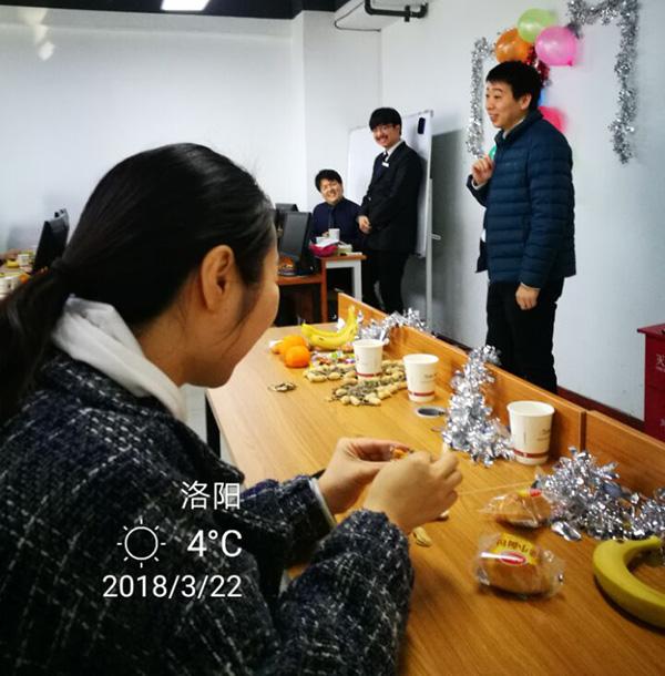 教员吴老师在指导T7052班毕业生们